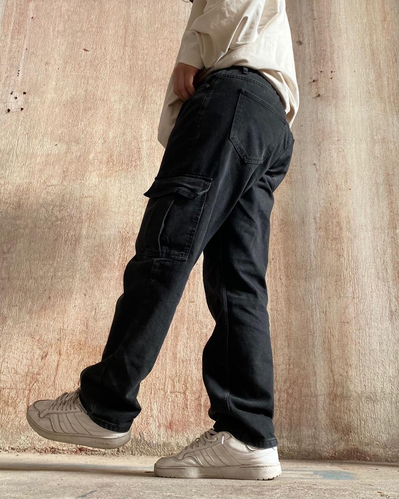 B. Man Black Cargo Pants (SMA6)